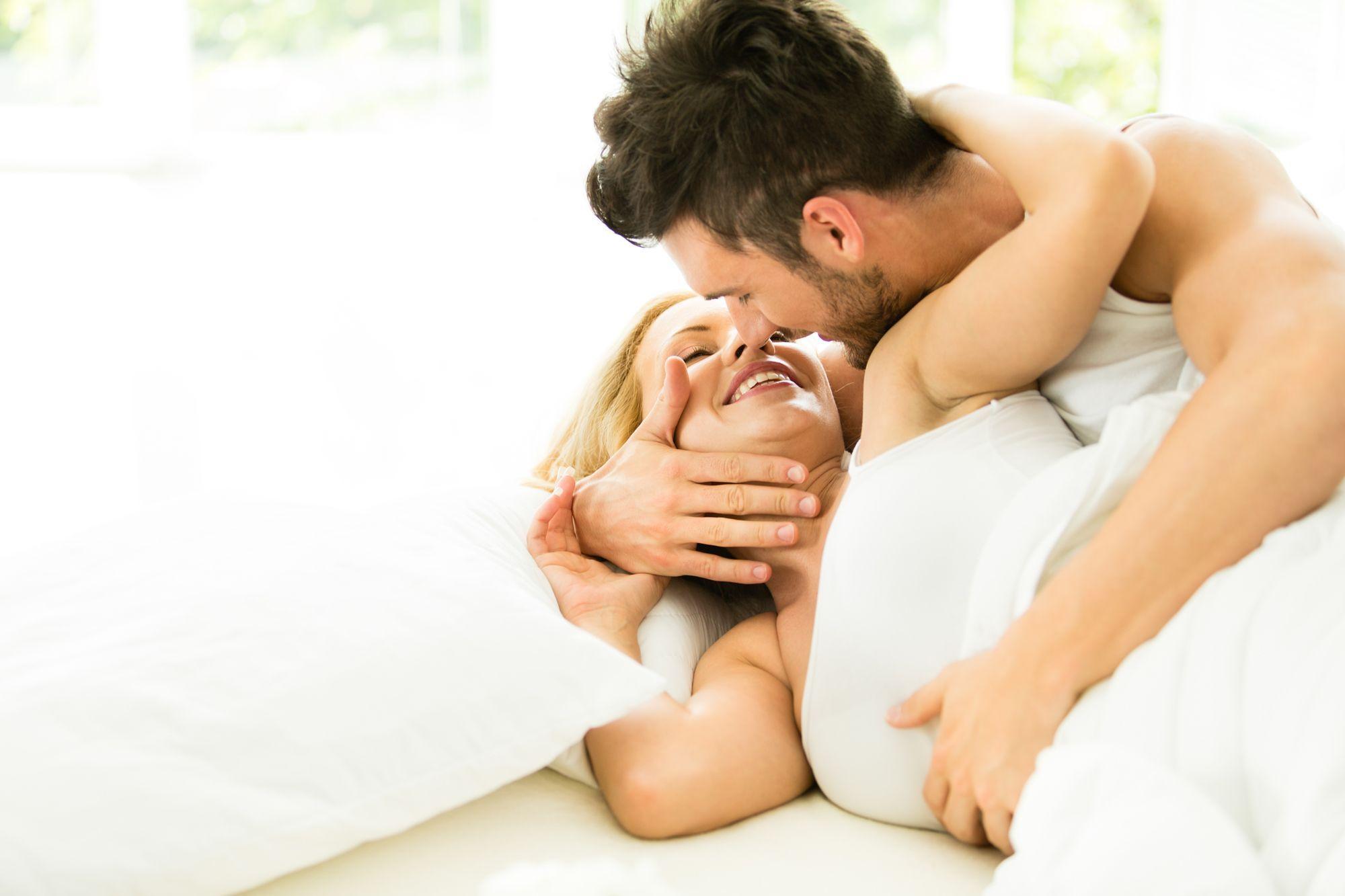 noir mari et femme ayant sexe