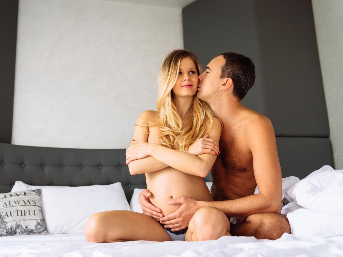 Homme noir et femme ayant des rapports sexuels