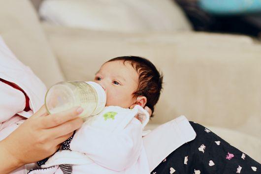 Combien doit boire un bébé de trois mois   Quelle quantité de biberons lui  donner   02df6a5cc93