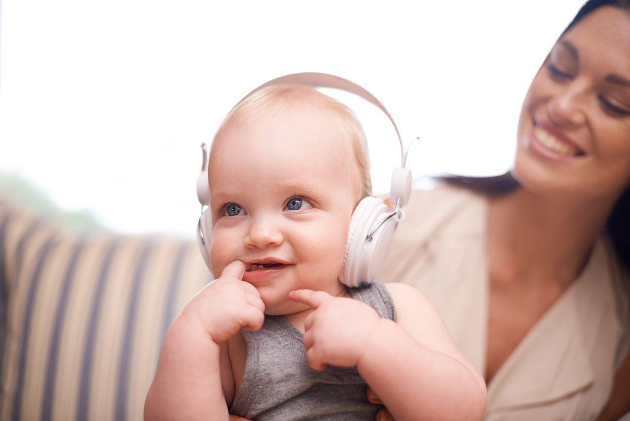 fbe7d7e1cc9b1 bébé audition. À environ sept mois de développement utérin, le foetus  entend les sons et les bruits. Il répond alors par des mouvements à des  stimulations ...