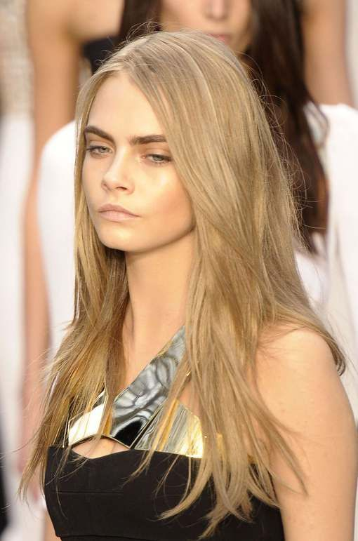 Cara-Delevingne-defile-Burberry-printemps-ete-2013