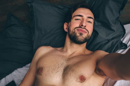 https://www.gettyimages.fr/detail/photo/naked-bearded-dark-hair-handsome-man-shirtless-image-libre-de-droits/1138859361?adppopup=true&uiloc=thumbna...