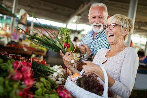 Personnes âgées marché fruits et légumes