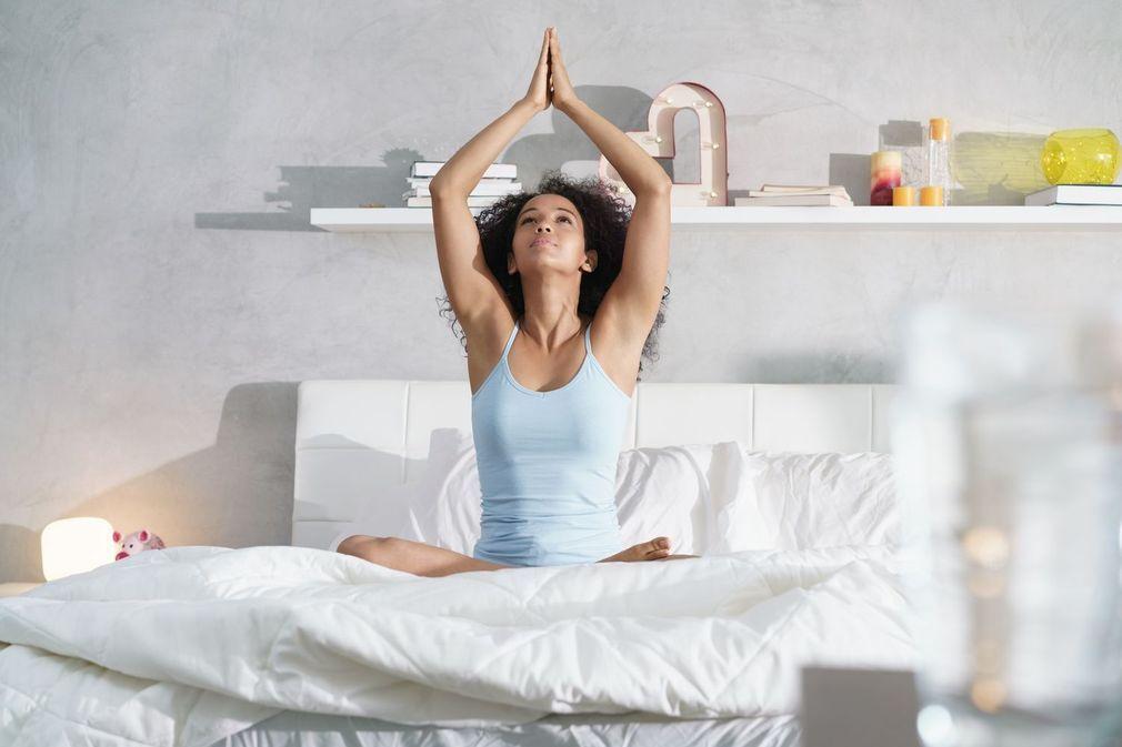 Yoga au saut du lit : 10 postures pour bien se réveiller