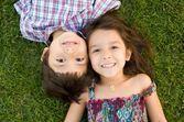 Pour les filles, avoir un frère jumeau ne serait pas un cadeau