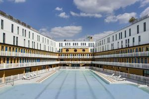 La piscine Molitor combine baignade et pauses gourmande ou beauté