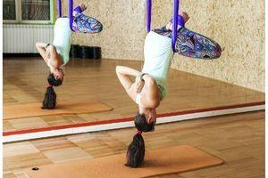 Yoga suspendu, avec des poids ou arrosé de bière : les tendances insolites