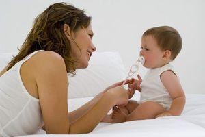 Communiquer tôt avec son bébé nourrit son intellect et son bien-être à long terme