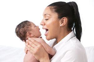 Chanter à son bébé permet d'attirer son attention et de créer des liens