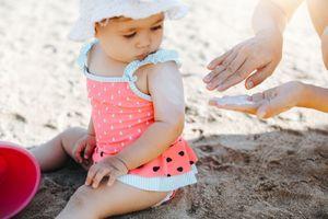 Canicule : 90% des parents n'appliquent pas au bon moment la crème solaire à leur bébé