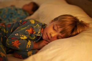 Coucher un enfant avant 20h réduit par deux le risque d'obésité