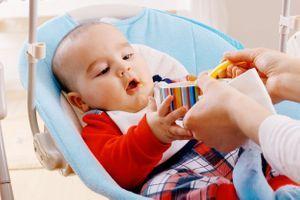 Diversification alimentaire : plus vous la commencez tôt, mieux votre enfant dort