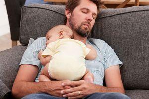 Pourquoi il est dangereux de s'endormir assis avec Bébé sur la poitrine