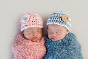 Elle donne naissance à des jumeaux, à 3 mois d'intervalle