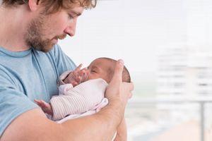 La paternité tardive comporte des risques pour la mère et l'enfant à naître