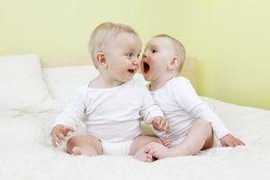 Le gazouillement des bébés : une étape clé du langage