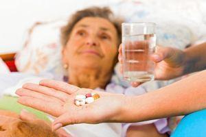 Cancer : Faut-il alléger l'ordonnance des patients en fin de vie ?