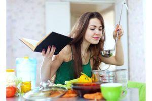 Cuisiner et manger chez soi, la recette pour consommer moins de calories