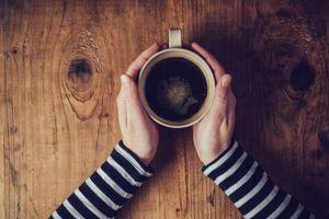 La consommation de café aiderait-elle à prévenir la rosacée ?