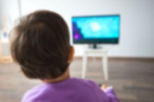 Regarder la télé serait le pire comportement sédentaire pour les enfants