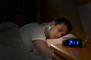 Allumer son smartphone en pleine nuit pour vérifier l'heure nuit-il au sommeil ?
