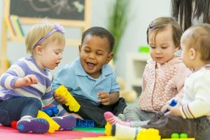 Dès 9 mois, les filles et les garçons se tournent naturellement vers des jouets stéréotypés