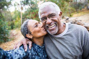 Dans un couple vieillissant, les critiques négatives laissent place à l'humour
