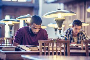 Comment les discriminations affectent les étudiants à court terme