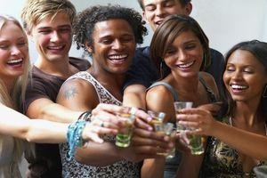 Obésité : des chercheurs expliquent comment le binge drinking incite à trop manger