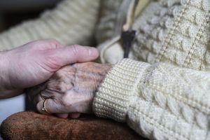 Alzheimer : il faut trouver des alternatives à l'Ehpad et aider les aidants