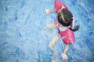 Baignade des enfants : choisir un maillot flottant plutôt qu'une bouée