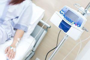 Cancer : pourquoi une patiente a-t-elle dû faire appel aux dons pour payer son traitement ?
