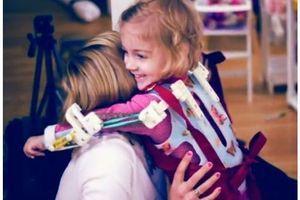 """Des """"bras magiques"""" redonnent le sourire à une fillette atteinte d'arthrogrypose"""
