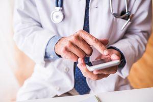 """""""Le Divan des médecins"""" : le groupe Facebook des médecins qui se moquent des patients"""