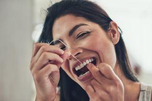 Certains fils dentaires augmenteraient l'exposition aux PFC