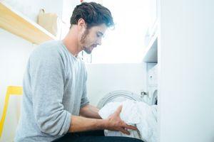 55% des jeunes hommes célibataires ne lavent leurs draps que 4 fois par an