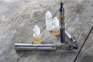 Les parents vapoteurs sous-estiment les dangers des e-liquides pour leurs enfants