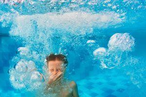 Pourquoi secouer la tête pour évacuer l'eau de ses oreilles est une mauvaise idée ?