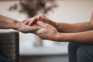 Les proches aidants bientôt indemnisés pour leurs congés