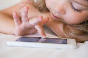 Tablette, smartphone et télévision nuiraient au sommeil des enfants