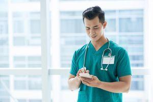 Téléphones portables : des nids à microbes dangereux pour la santé