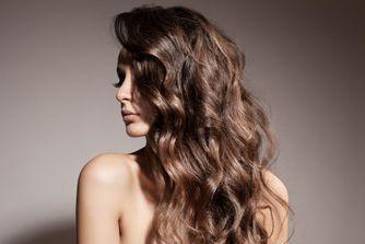 Coiffure cheveux bouclés : les coupes qui frisent la perfection