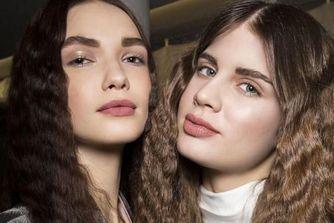 Crimped Hair : le retour des cheveux gaufrés
