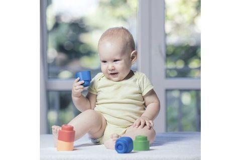 Motricité fine : les étapes clés chez Bébé