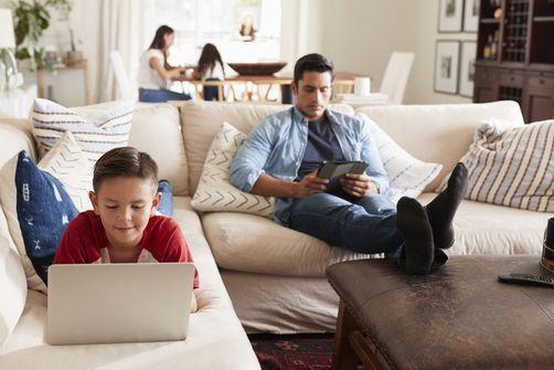 """Le confinement, occasion de """"temps d'écran partagés"""" entre parents et enfants"""
