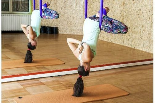 En utilisant un hamac suspendu ce type de yoga peut non seulement permettre d'améliorer sa technique, mais aussi d'alléger le mental et le corps du yogi en suspension. ©guruXOOX/Istock.com
