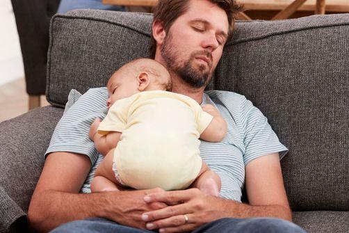 bébé dort torse papa