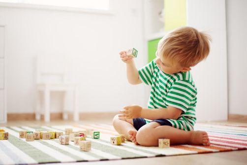Les jouets traditionnels bons pour le développement de l'enfant