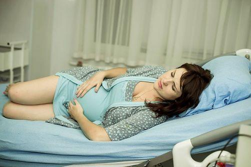 femme enceinte qui souffre