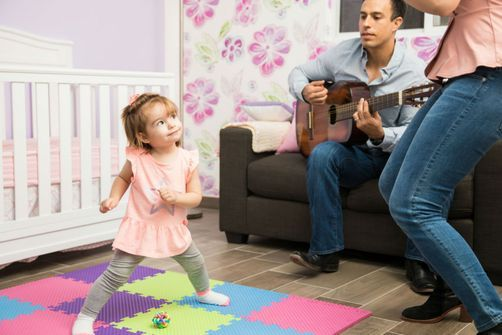 Les parents qui ont eu des échanges constants avec leurs enfants autour de la musique auraient des relations plus qualitatives avec eux à l'âge adulte.